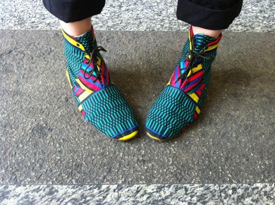 Lei porta scarpe fatte a mano, su misura, Dafne Boggeri, the artist. Wearing custom handmade shoes.